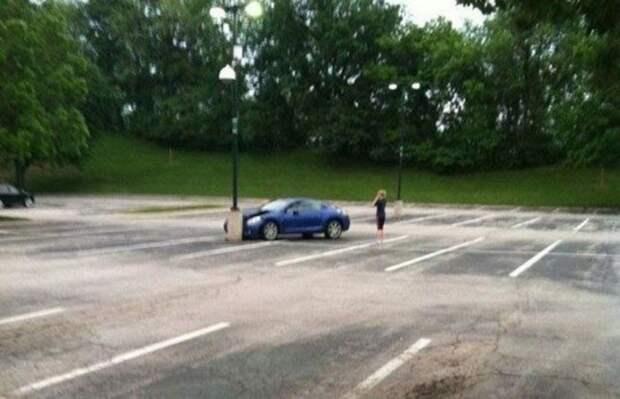 6. Это талант! Найти свой столб на пустой парковке еще нужно умудриться. авария, авто, бассейн, казус, мастера парковки, обрыв, парковка