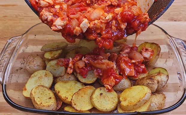 Измельчаем курицу, но вместо того чтобы тушить, кладем поверх запеченной картошки и ставим в духовку