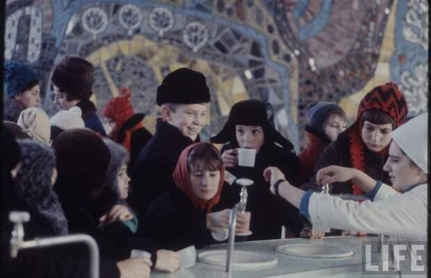 Дети пьют лечебную минеральную воду. СССР, качество, медицина, фото