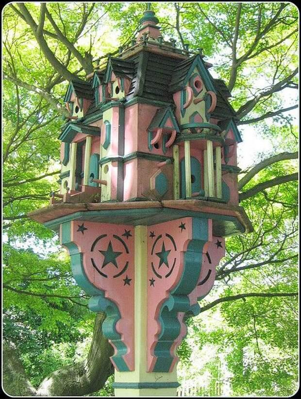 Для дорогих гостей в саду не жалко и дворец построить!