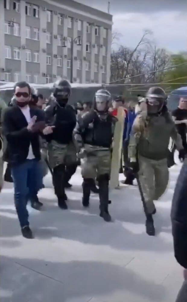 Граждане аплодируют омоновцам, отказавшимся их выдавливать с площади Свободы