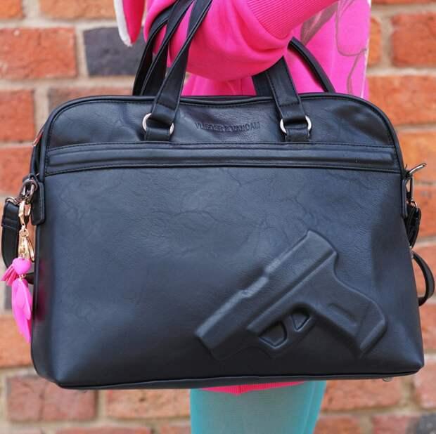 Вы и представить не могли, что носят девушки в своих сумочках  девушки, женская сумочка, женщины, прикол, юмор