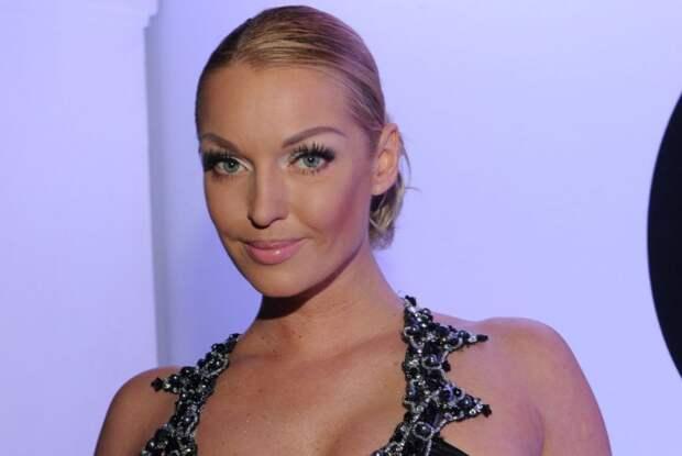 Анастасия Волочкова в купальнике сфотографировалась рядом с иконой