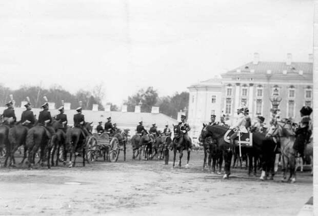 15. Лейб-гвардейские артиллерийские части проходят мимо императора Николая II и германского принца Фридриха-Вильгельма