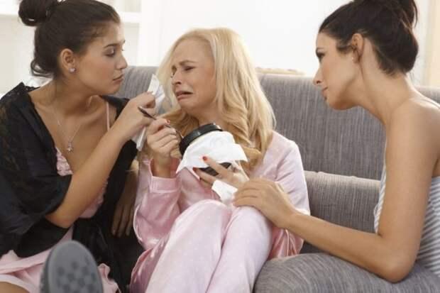 блондинка плачет на диване в окружении подруг