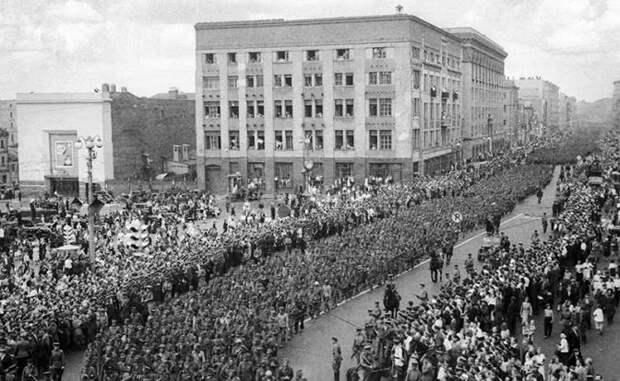 На фото: колонна пленных немцев на площади Маяковского в Москве