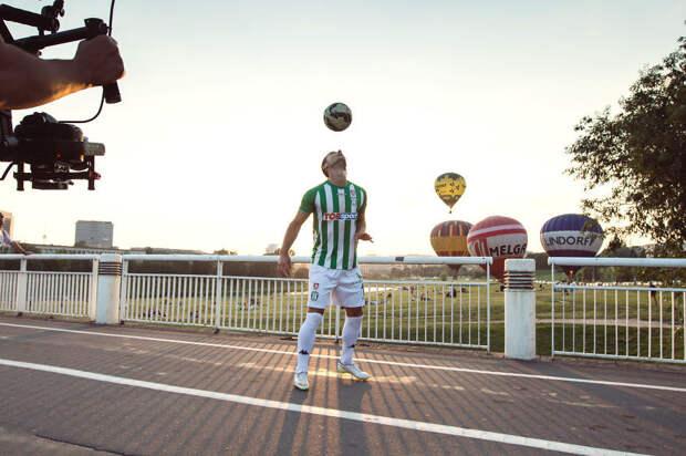 Знаменитые футболисты показывают трюки на фоне видов Вильнюса