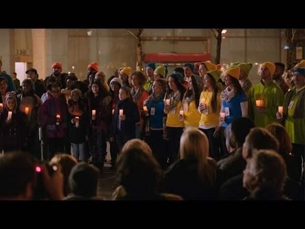 Сотрудники Microsoft спели рождественскую песню перед представителями Apple и обняли их
