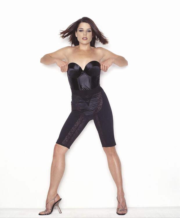 Нив Кэмпбелл (Neve Campbell) в фотосессии Барри Голливуда (Barry Hollywood) для журнала FHM (1998), фото 7