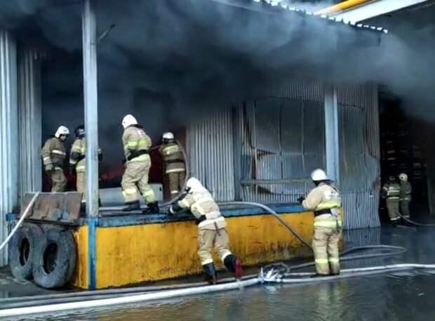 Пластмассовые изделия сгорели на складе в Самаре
