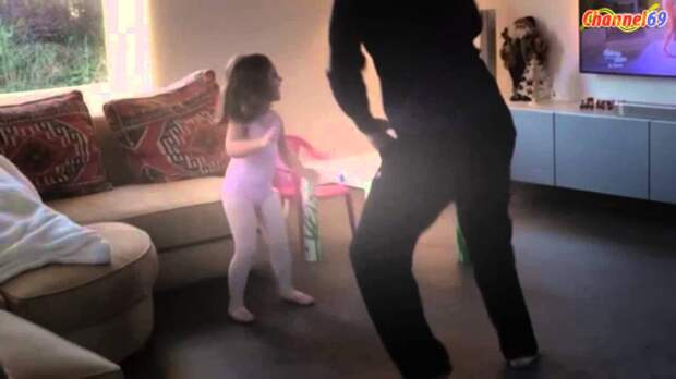 Папа с дочкой танцуют под Sia Chandelier