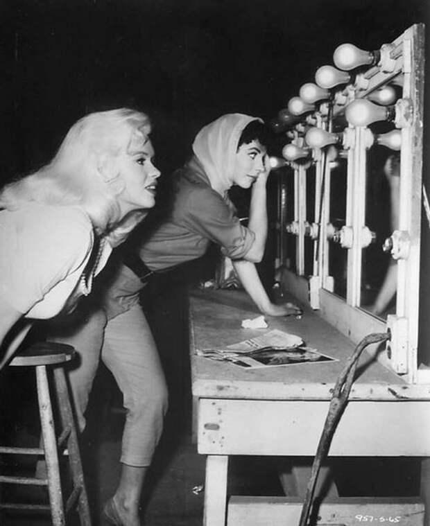"Джоан Коллинз и Джейн Мэнсфилд на съемках фильма ""Заблудившийся автобус"" (1957)"