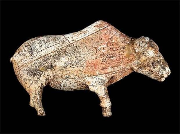 Фигурка бизона из бивня мамонта. Верхний палеолит 22-23 тысячи лет. Зарайская стоянка. Музей Зарайский кремль.