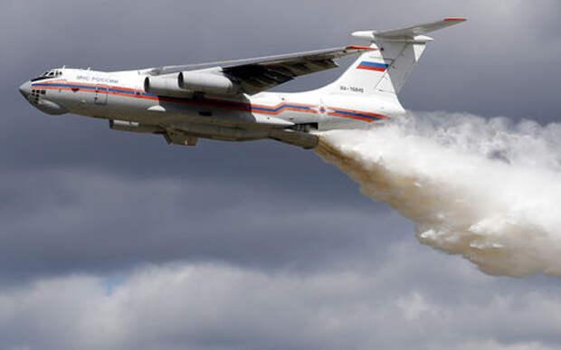 Самолет помыл гаишников 42 тоннами воды