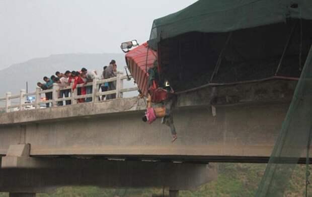 Нога этого парня оказалась зажатой между фурой и мостом. Этот момент и спас ему жизнь авария, дтп, животные, история, родился в рубашке