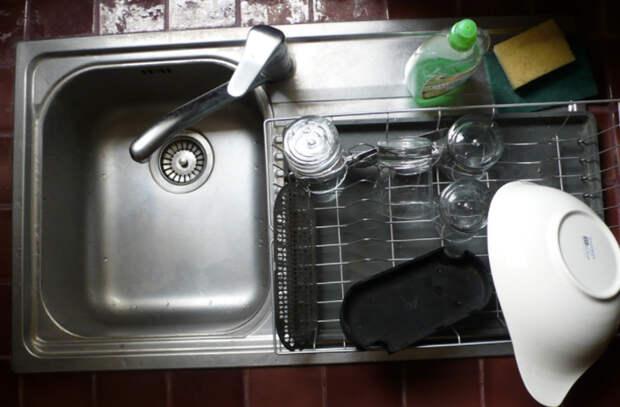 Убираем все запахи из раковины: смешиваем соду, уксус и кипяток