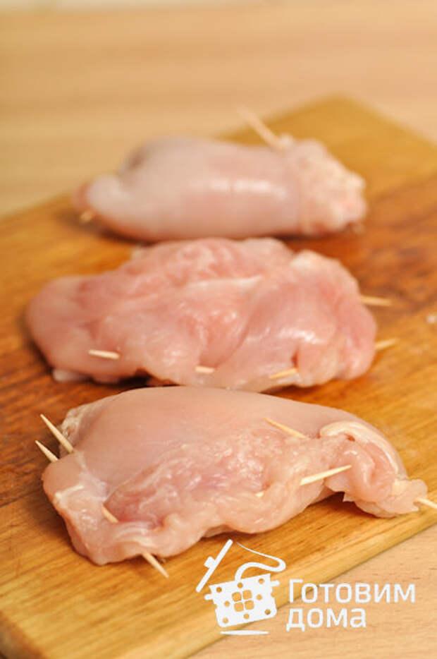 """""""Кармашки"""" из куриной грудки с сыром """"Фета"""" и томатным соусом"""