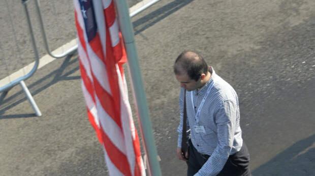 """Экс-посол: в США больше не будут видеть """"сияющий маяк демократии"""""""