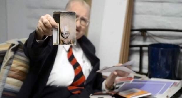 Бойд Бушман держит фотографию инопланетной формы жизни. Утверждая, что инопланетяне реальны.