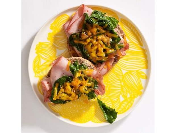 Бутерброд с ветчиной и савойской капустой