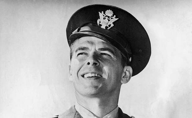 Рональд Рейган Рейган вообще успел попробовать много профессий за свою жизнь — он был актером, музыкантом, губернатором Калифорнии и даже президентом США. Где-то между актерством и музицированием, Рейган нашел время и для армейской муштры: с 1937 по 1940 год будущий президент служил рядовым при 18-ом полке военно-воздушных сил США.