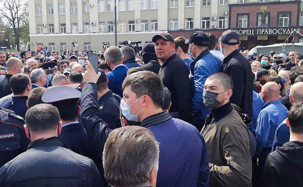 ОМОН перешёл на сторону народа — беспрецедентный случай в современной истории России на народном сходе в Владикавказе