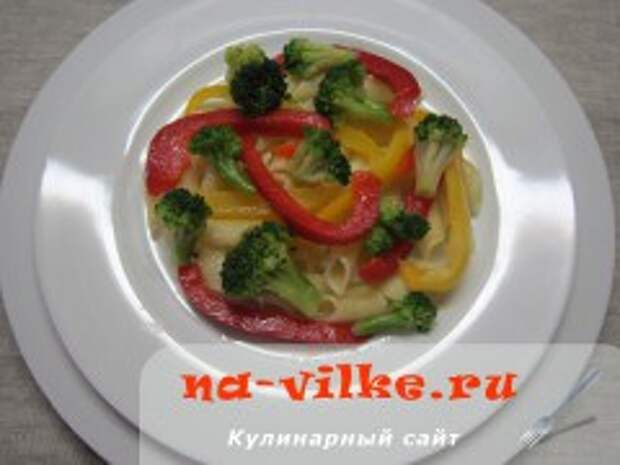 Теплый салат с пенне, брокколи и сладким перцем