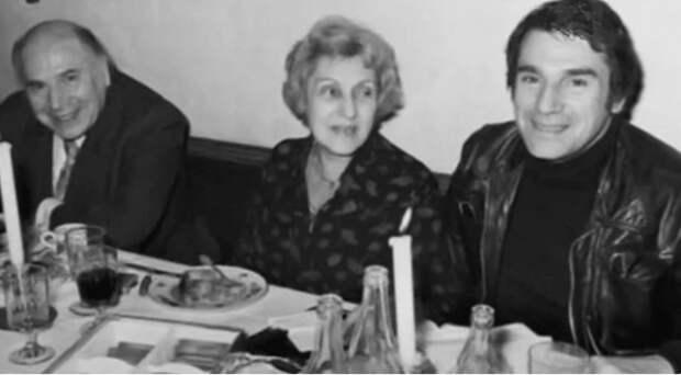 Робер Оссейн с родителями, Андре Оссейном (Андреем Гуссейновым) и Анной Миневской