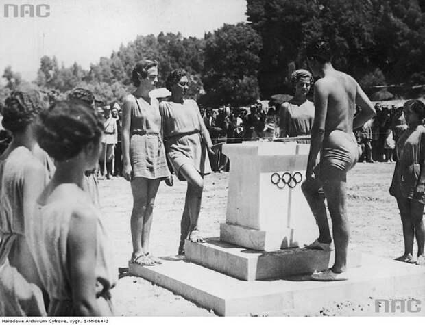 Торжественная церемония зажжения олимпийского огня на горе Олимп в Греции, 1936 г
