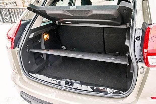 Багажник радует правильной формой и приличным объемом. Дверь отпирается не кноп- кой, как на «французах», а клавишей между лампами подсветки номера.
