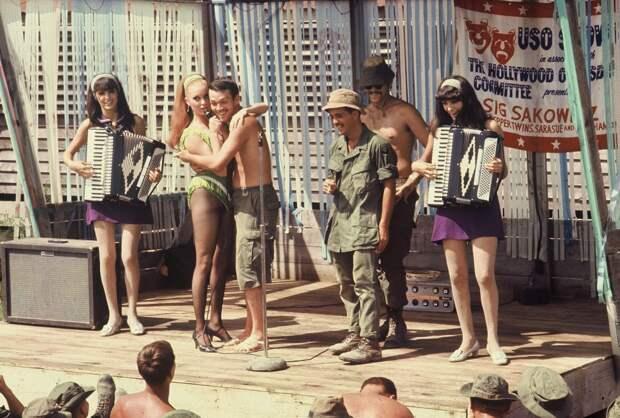 USO_Show_Vietnam_1968_Terrie_Frankel,_Sara_Sue,_3_Soldiers,_Jennie_Frankel.jpg