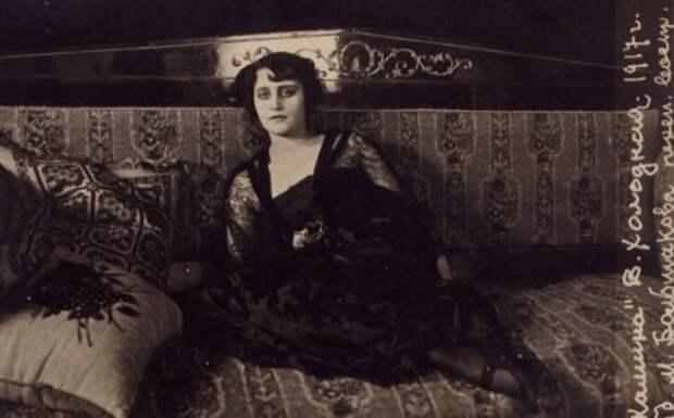 Вера Холодная в фильме *У камина*, 1917