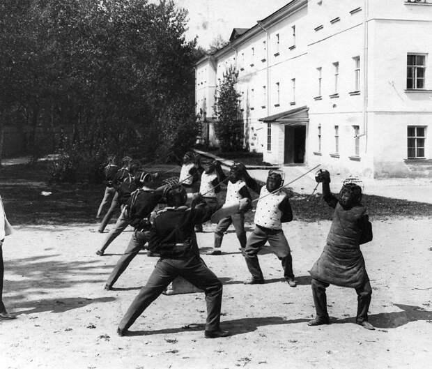 02. Урок фехтования на площадке перед зданием института