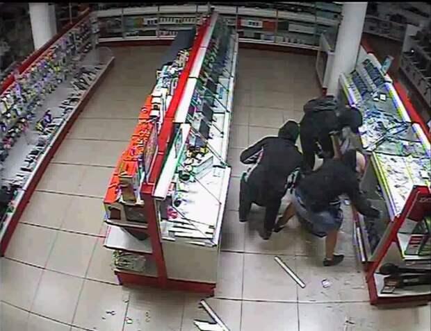В Ижевске группа мужчин разбила витрины магазина и украла телефоны на 2 млн рублей