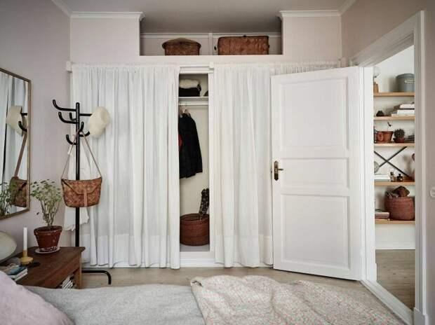 Еще одна небольшая гардеробная, расположенная в нише и прикрытая шторами. /Фото: i.pinimg.com