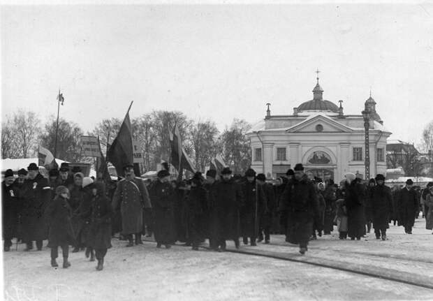 Манифестация после объявления Германией блокады Англии. Петербург, 19 февраля 1915 г