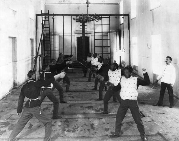 03. Урок фехтования в гимнастическом зале институт