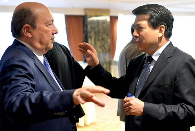 Президент РСМД Игорь Иванов (слева) и посол КНР в России Ли Хуэй