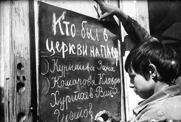 10. Пионеры обличают сверстников, посещающих церковь. СССР. 1930-е. исторические фотографии, история, фото