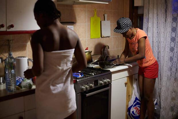16. В приюте. Прэшес: «Я и представить себе не могла, чем мне придется заниматься. Ведь мы христиане, я сама из семьи верующих, и моя мама умоляла меня не влезать в эти дела и вернуться в Нигерию. Мне нужно было уважить ее и Господа. Но она не понимала, насколько серьезные у меня проблемы и что мне действительно некому помочь».