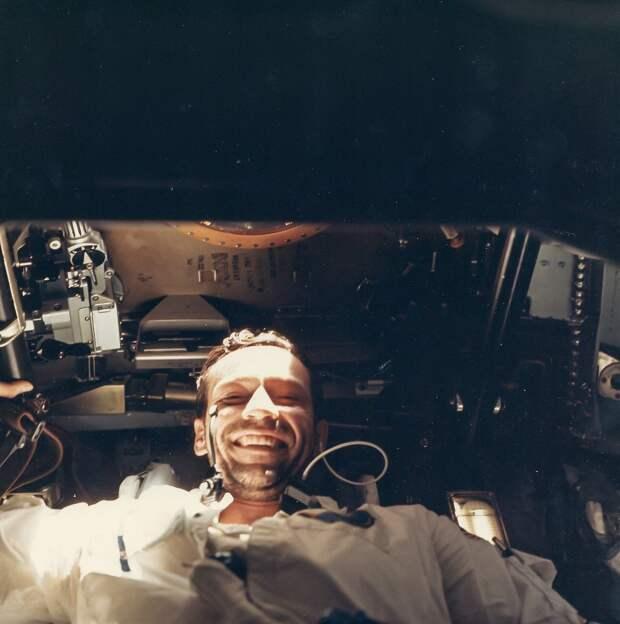 1968, октябрь.  Снимок астронавта Донна Айзли на борту «Аполлона-7»