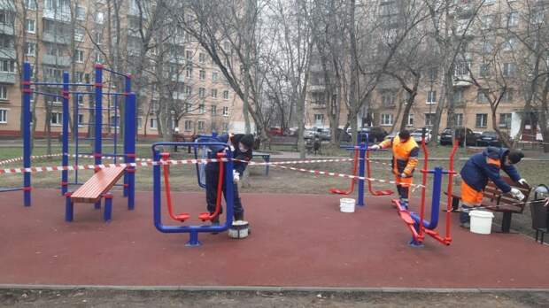 Сотрудники «Жилищника» продезинфицировали детские и спортивные площадки Бабушкинского района