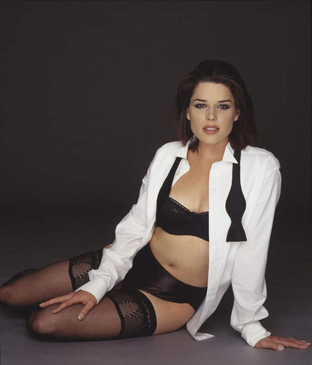 Нив Кэмпбелл (Neve Campbell) в фотосессии Барри Голливуда (Barry Hollywood) для журнала FHM (1998), фото 1