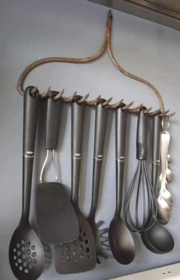 На них можно вешать различный кухонный инвентарь. грабли, идея