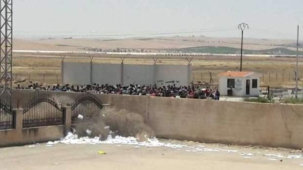 Сирийские беженцы в городе Насиб на границе с Иорданией, 30 июня 2018 года