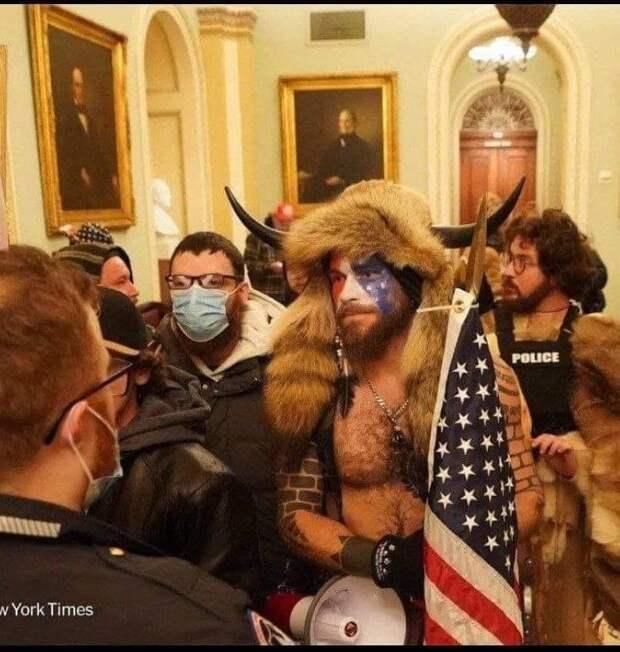 На изображении может находиться: 2 человека, люди танцуют, люди стоят и в помещении, текст «סם POLICE Y York Times»