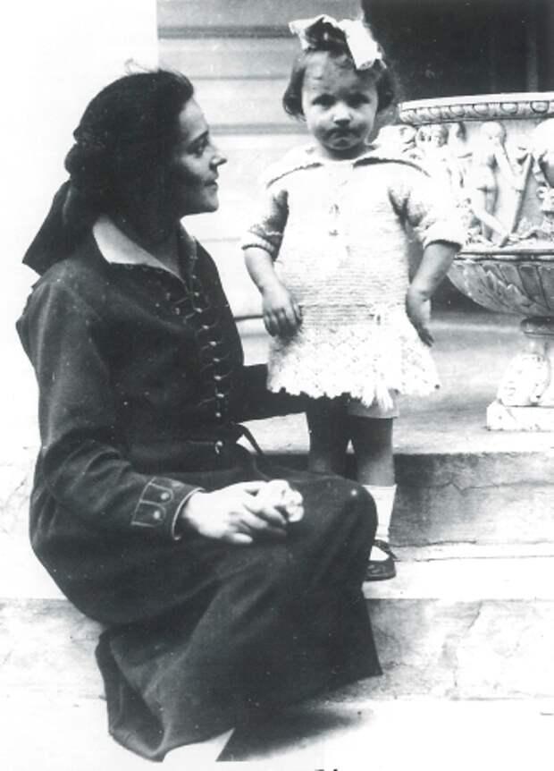 Фото открытых источников  Эсфиль Исаевна Гурвич с дочерью Светланой