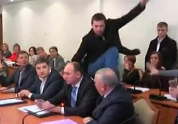 Предпраздничное обострение накануне второй годовщины «революции достоинства» | RusNext.ru