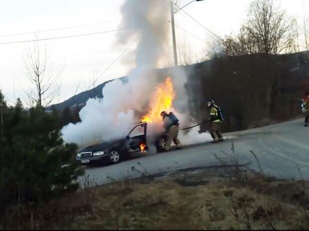 Пожарные тушат «убегающий» автомобиль (ВИДЕО)