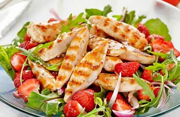 Салат с курицей и клубникой. \ Фото: local.6qube.com.